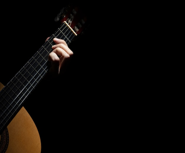 スペインのギターを弾く