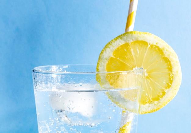 青色の背景に新鮮な飲み物
