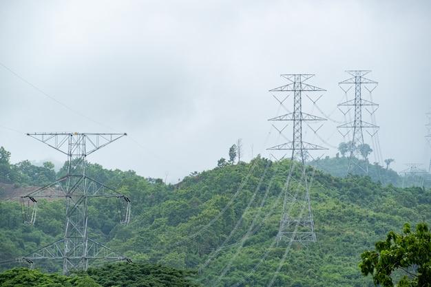 山岳森林の産業への高電圧ポールおよびラインケーブル送電エネルギー供給。