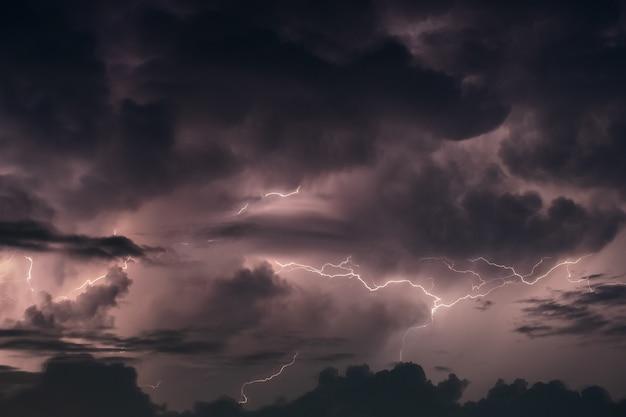 夜の暴風雨を雷します。