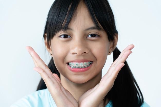 ブレース歯笑顔と幸せを持つ少女