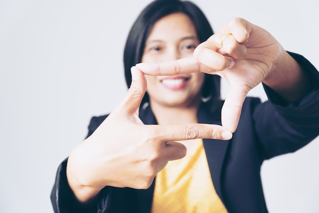 Портрет уверенно азиатских бизнес-леди, представляя руку на белом