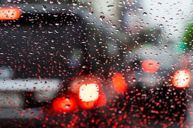 通りのボケ背景に雨が降っています。