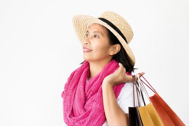 Красивые азиатские женщины в соломенных шляпах и розовом шарфе счастливые и улыбающиеся,