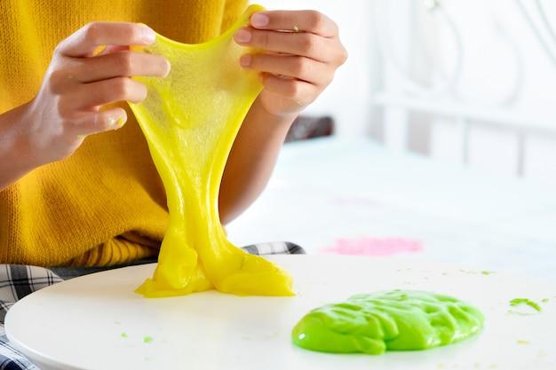 Рука держит самодельную игрушку под названием слизь