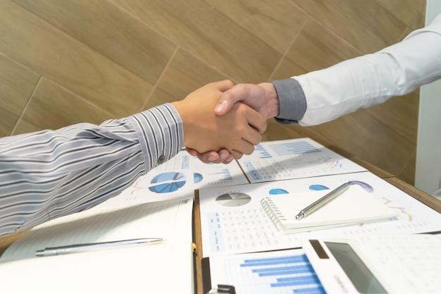 Оба бизнесмена достигли успеха в бизнесе вдвое выгоднее.