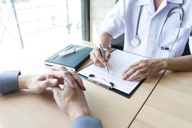 医者は患者の高圧検査を行った。