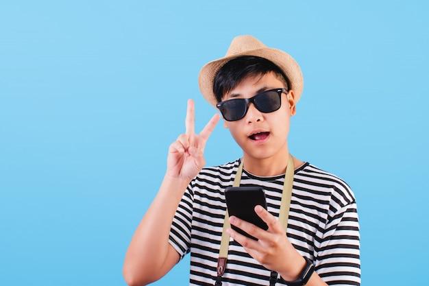 Портрет туриста в черно-белой полосатой рубашке, изолированных на синем