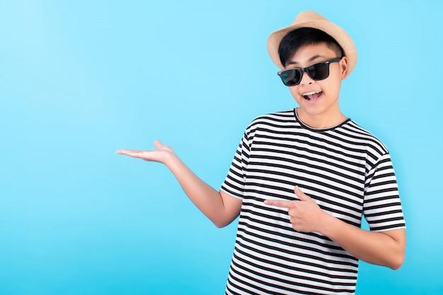 アジアの旅行者は幸せと笑顔で、青い手のひらを開きます