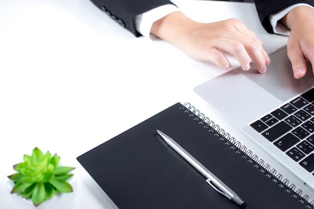 Вид сбоку бизнесмена, работающего с финансового компьютера на белом столе.