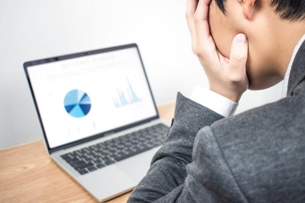 クローズアップ、ビジネスマンは限られた時間内に情報グラフを強調します。