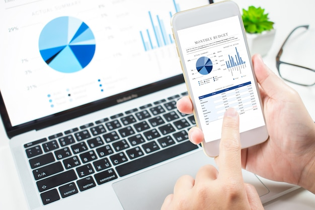 Инвесторы анализируют инвестиции на рынке с помощью финансовой панели на телефонах