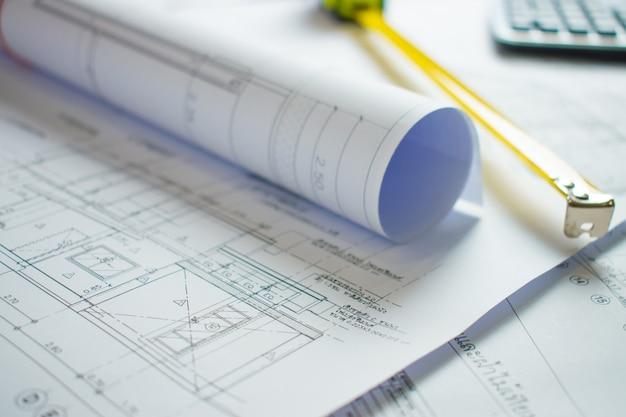 建築家の机の上の家の青写真。