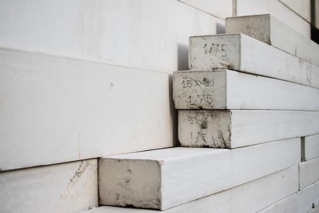 たくさんの白いコンクリートブロック。ビル