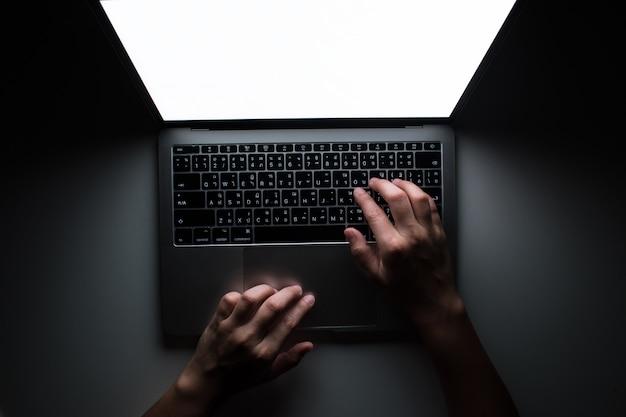 手の平面図は真剣に働きます。オフィスで暗闇の中で作業しています。