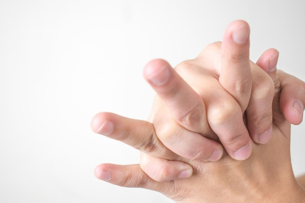 女性は手と手首の痛みを感じます。