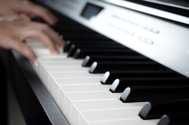 ピアノを弾くミュージシャンの手でぼやけた画像
