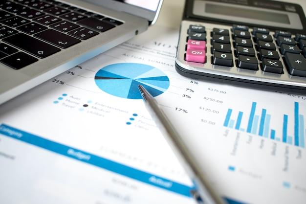 机の上の財務グラフ。会計。