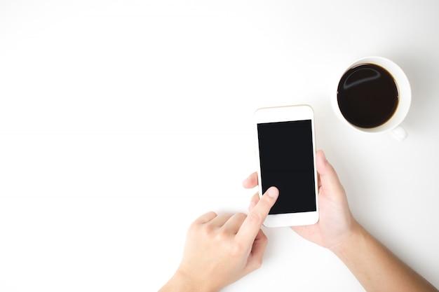 白い背景でスマートフォンを使用する