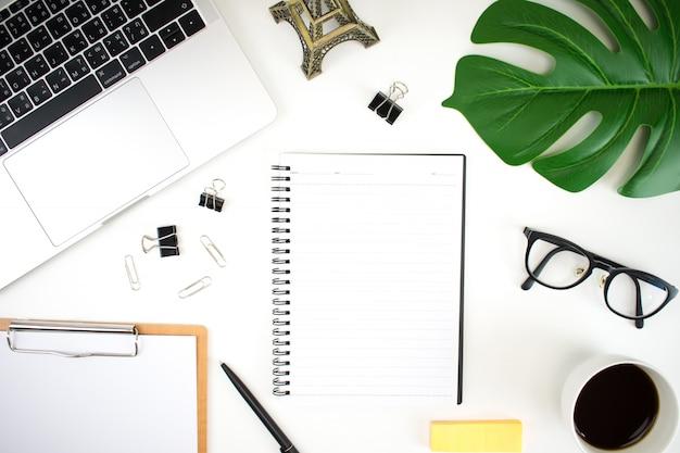 Современный белый офисный стол с ноутбуками