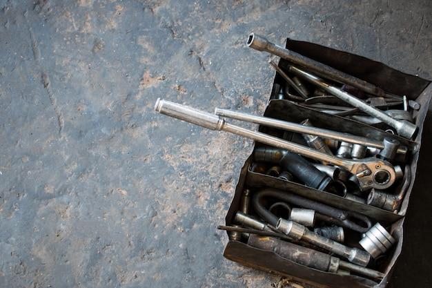 車の修理サービスで作業するためのツールを使用するプロの技術者の箱に入っている多くのアクセサリー、ツール。
