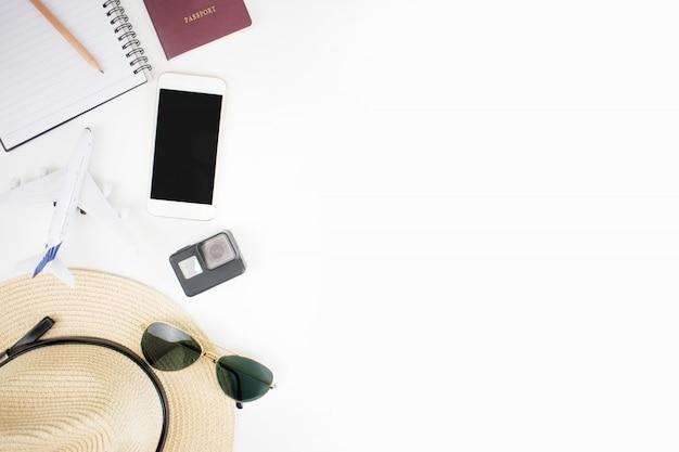 白の旅行のために準備されたパスポートと旅行アクセサリー