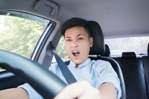運転中、人々はショックを受け、不注意に感じます。事故の概念
