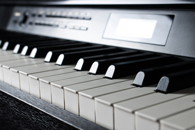 Крупным планом черные клавиши пианино.