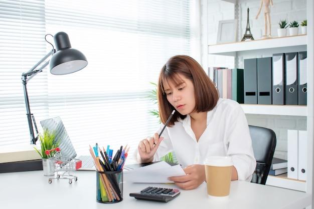 Молодые азиатские бизнесмены анализируют график в офисе.