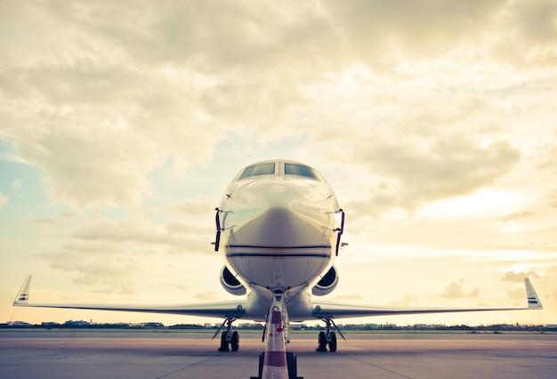 Бизнес-самолет, припаркованный в аэропорту