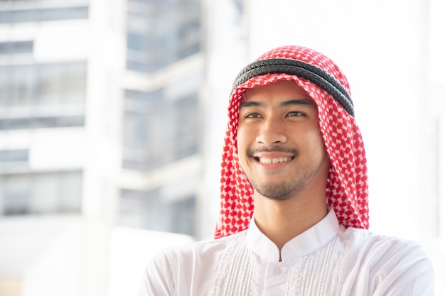 笑顔のアラビア人がぼんやりとした背景にある