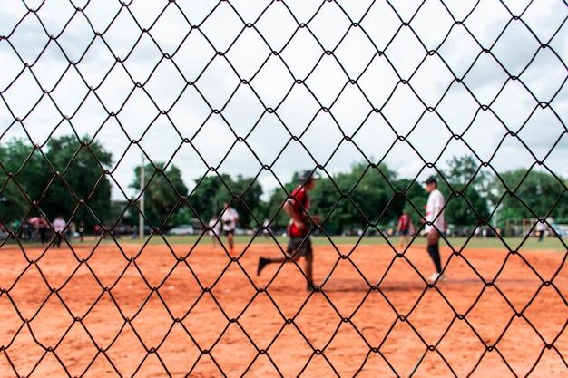 フィールドでソフトボールをする