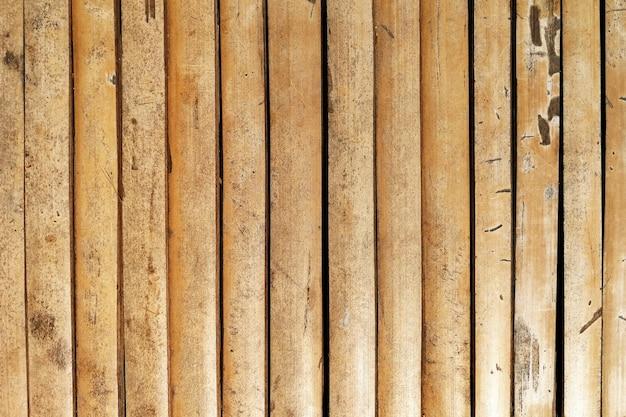 表面の古い竹の木のテーブル
