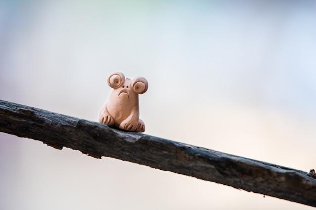 木の上の粘土人形のカエル。
