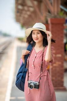 Азиатские женщины туристы на вокзале.