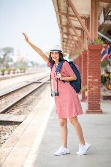 鉄道駅でのアジアの女性観光客。