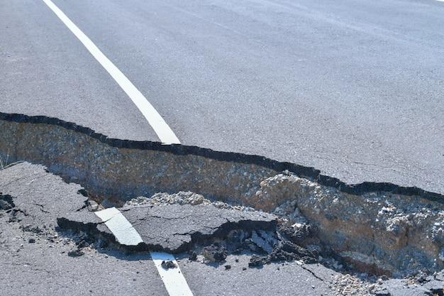 アスファルト道路が崩壊