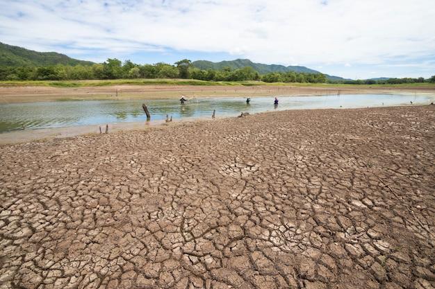 Земля с сухой и потрескавшейся землей