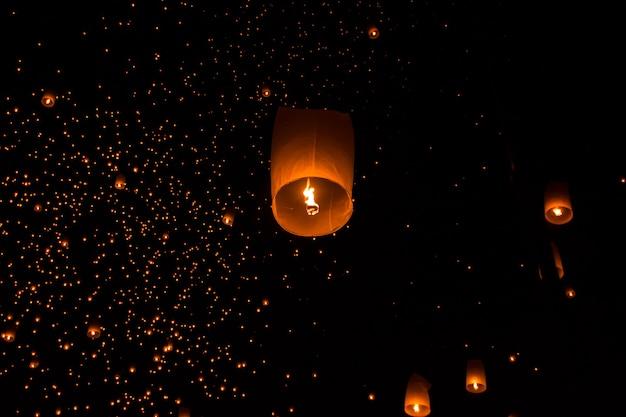 Небесные фонари, летающие фонари, воздушные шары на фестивале лой кратонг в чианг май тха