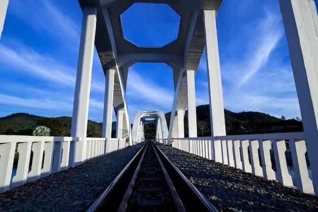 美しい白い橋ランプーンタイの鉄道のパスのため