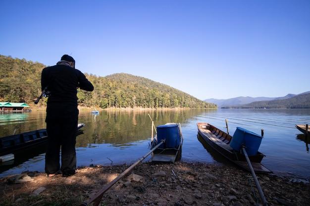 漁師はチェンマイのメーガッドダムで釣り