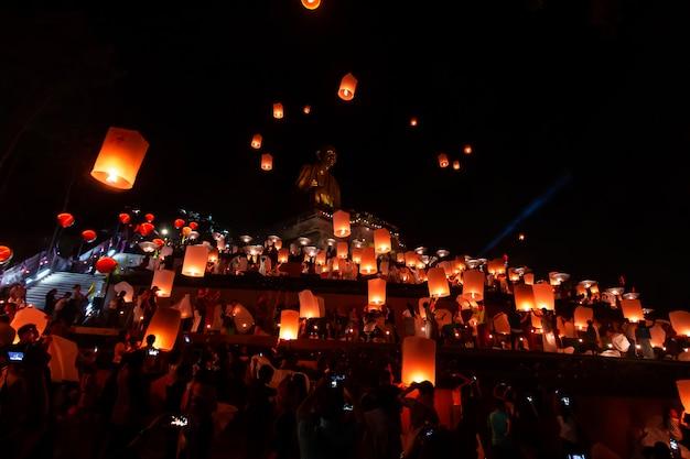 Монахи молятся на фестивале лой кратонг с небесными фонариками, летающими фонарями