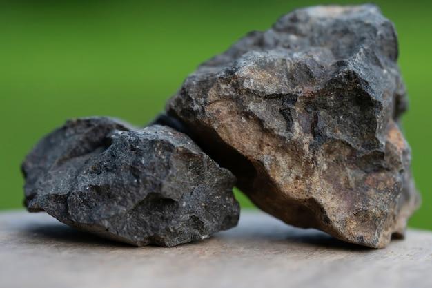 業界のための玄武岩は緑の背景で隔離します