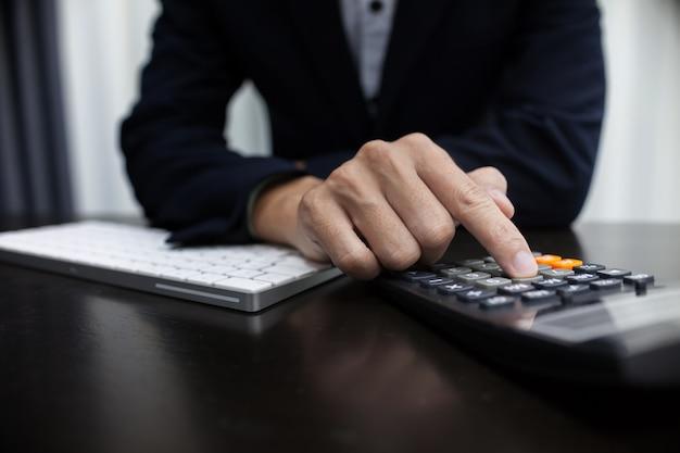 計算機を使用して書いている人は、計算で注意を払う。