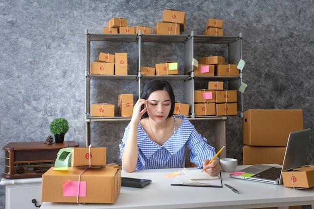 Молодая женщина бизнес-владелец, несчастный пакет работы, неудача в бизнесе.