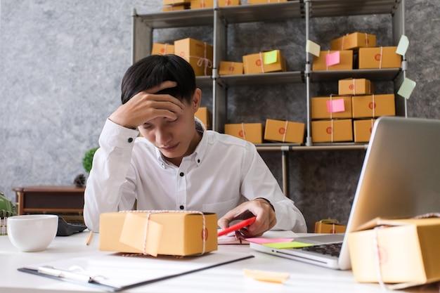 Молодой человек, владелец бизнеса, несчастный пучок работы, неудача в бизнесе.