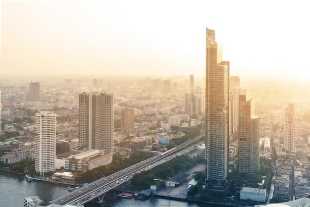 バンコクの街並み、夕日後の暖かい空