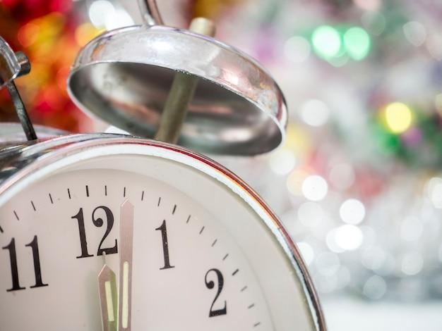 クリスマスの背景に目覚まし時計