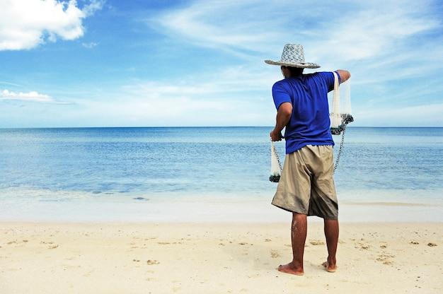 タイの漁師は、釣りネット、ホアヒン、タイを投げるために準備する