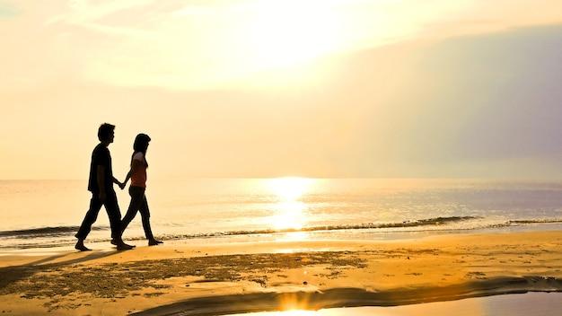 恋人、一緒に、日没のビーチ、ホアヒン、タイで歩く